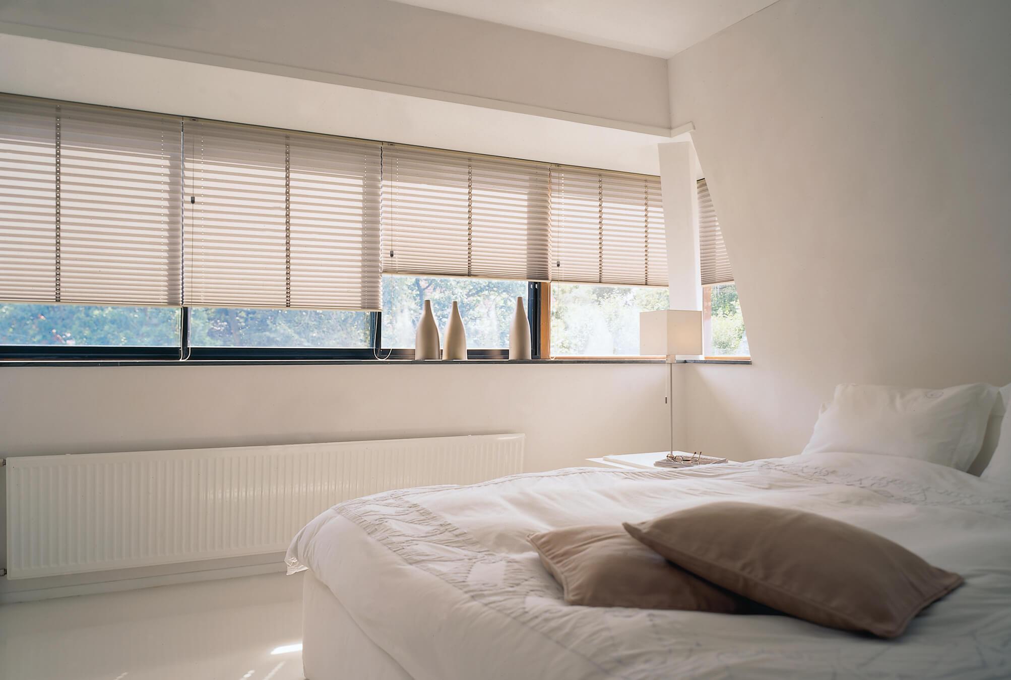 cortina plisada en dormitorio